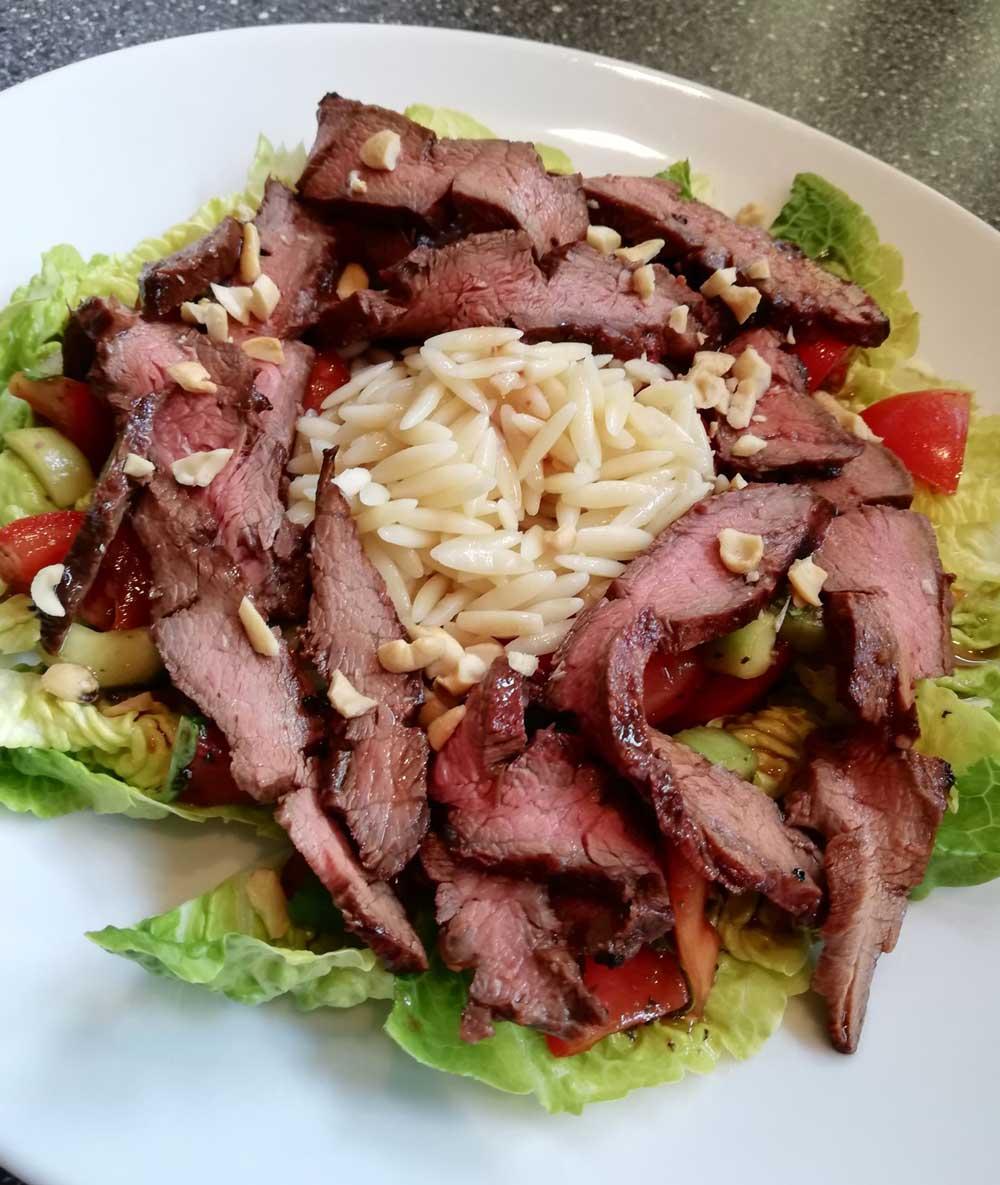 Flanksteak_Asiatischer-Salat-mit-gegrilltem-Gallowayfleisch_Unser-Galloway-2XGypKLEs43taH